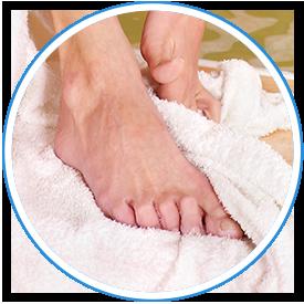 足裏を清潔にし、水分を拭き取る