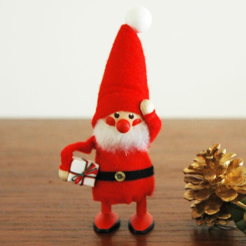 プレゼントを持つサンタクロース,エストニアのハンドクラフトのサンタクロースのオブジェ,置物,北欧エストニア,北欧雑貨,北欧インテリア,北欧ギフト