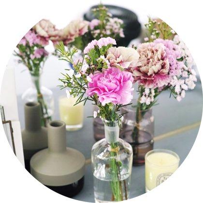 花瓶に水を入れ、お花を活けましょう