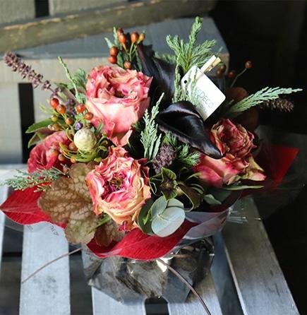 朱聖 akehijiri ホリデーシーズンに飾る花器付きアレンジメントは、人気のローズに森の香りがするコニファーを添えて Holidayアレンジ 2019の冬にぴったり、フラワーウィンターギフト。お歳暮やクリスマスプレゼントにはライフデコのフラワーギフト