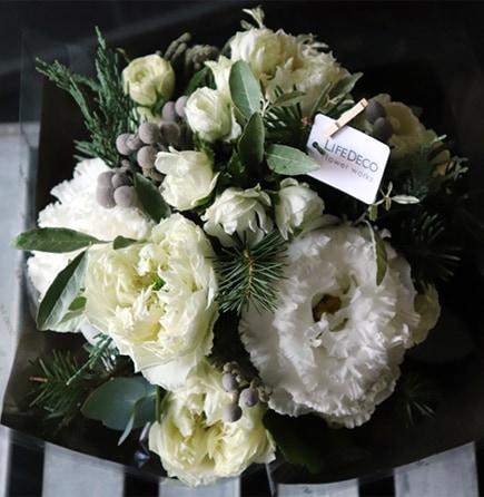 煌白 akihaku ホリデーシーズンに飾る花器付きアレンジメントは、ホワイトローズに森の香りがするコニファーを添えて 2019の冬にぴったり、フラワーウィンターギフト。お歳暮やクリスマスプレゼントにはライフデコのフラワーギフト