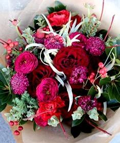 「12月」の花  深緋 ~ 赤バラにアマリリスや実物を束ねたホリデーシーズンにおすすめの花束