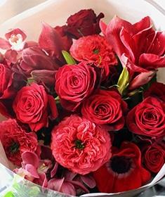 弁柄 〜 ラグジュアリーな赤バラにふわっと柔らかなグリーンを