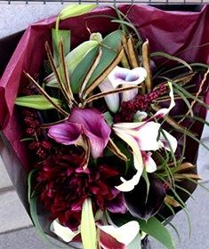 「12月」の花  紫紺~ カラー、ユリなどを丈長に束ねた花束