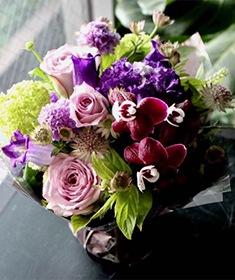 優美 ~ 紫とピンクの色合いを綺麗に合わせたアレンジメント ライフデコの一年の感謝を込めた冬のお花の贈り物 お歳暮にも