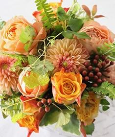 赤橙 ~パッと明るく! 定番のビタミンカラーをライフデコ テイストのローズギフトで ライフデコの一年の感謝を込めた冬のお花の贈り物 お歳暮にも