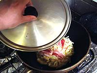 お好み焼きにフタをして蒸らす