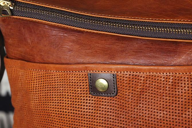 パンチング 馬革 ショルダーバッグ メンズ IRREGULAR 71670 タン素材感