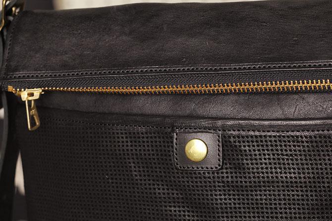 パンチング 馬革 ショルダーバッグ メンズ IRREGULAR 71670 ブラック素材感