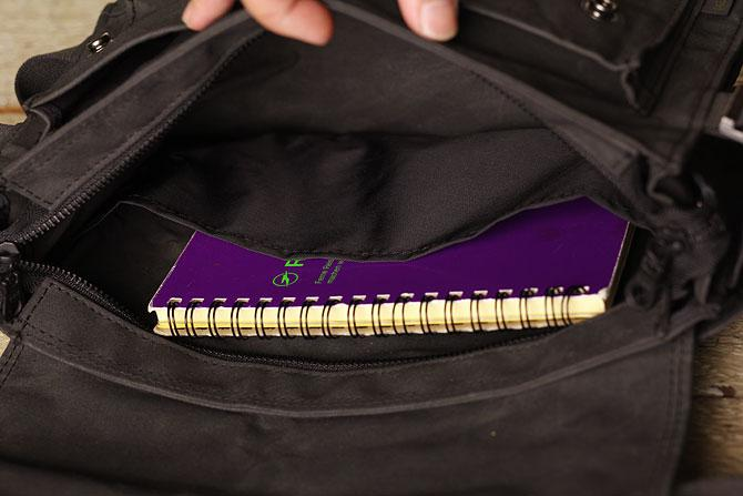 ロウ引き帆布(ハンプ)ボディバッグ A5サイズ バギーポート acr 477 ポケット2