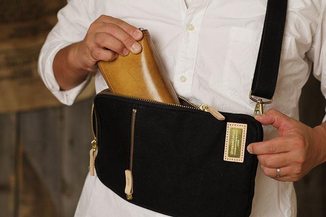 ブラック コーマ帆布 ボディバッグ メンズ 薄マチ grn 1006 間口はワイドオープン