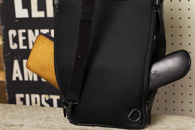 馬革 ボディバッグ 縦型 メンズ オイルホースレザー Pray prbb302 B5 左右サイドジッパー