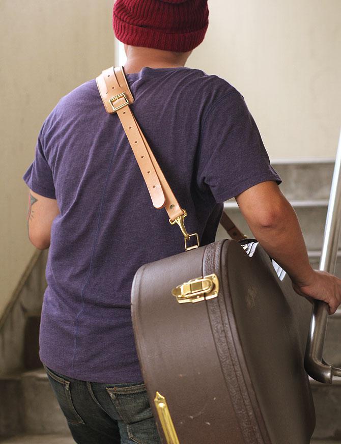 手縫い ヌメ革 ショルダーベルト ショルダーパッド付き ギターケースに取り付け1