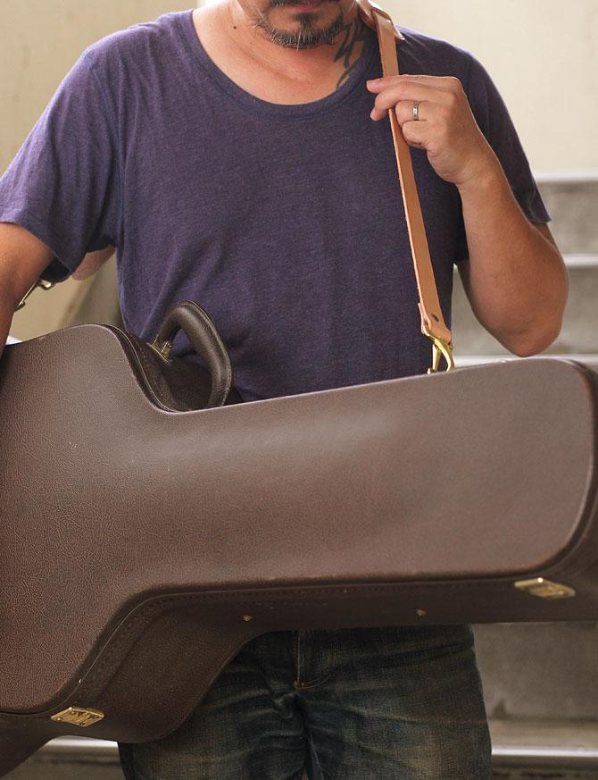 手縫い ヌメ革 ショルダーベルト ショルダーパッド付き ギターケースに取り付け2