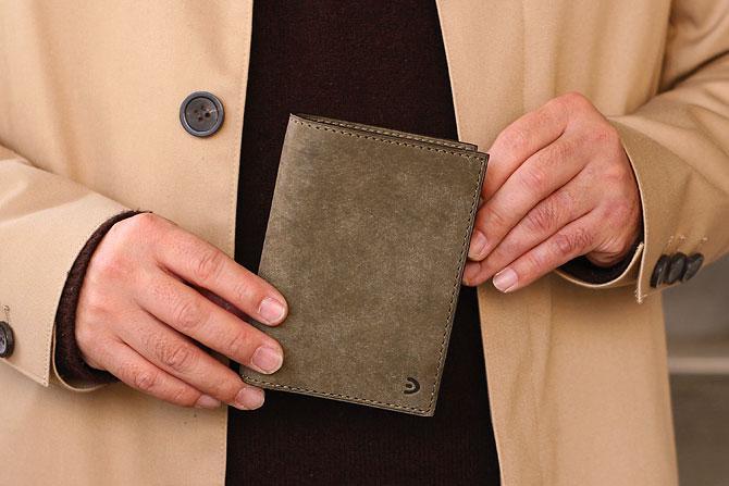 レザー 二つ折り財布 イタリアンレザー zys 2402 手に持った感じ