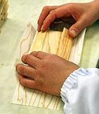 経木の手折り作業