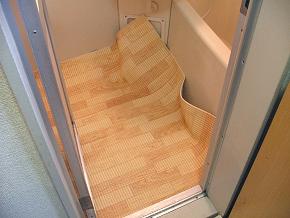 バス床より少し大きめにカットして、バス床に敷きます。
