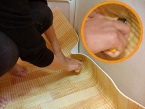 大体のバス床形に合わせて、カッターナイフでカットします。