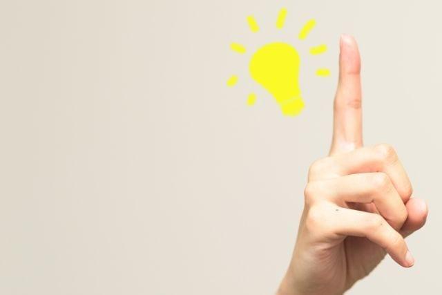 人差し指と電球マーク