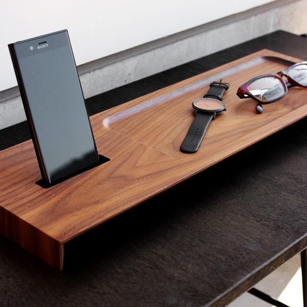 上質な空間を作り出す木製スマートフォンステーション