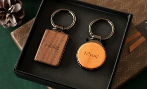 肌身離さず持ち歩ける木製キーリングに、それぞれの名前を刻印して。