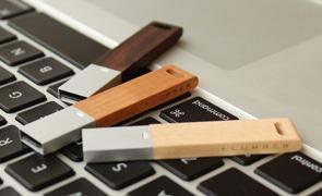 無機質な中にも温かみを感じる木製USBメモリーは、卒業記念品として根強い人気。