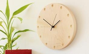 お引越し先の新居には、時と共に風合いが深まる木製時計がオススメです。