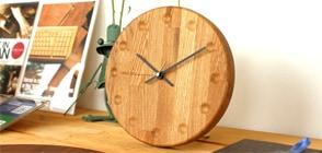 時間と共に深まる木の風合い、一緒に歳を重ねてくれる木製時計「Wall Clock Block Stripe」