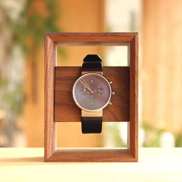 木のフレームが腕時計を額縁に飾るように演出してくれます