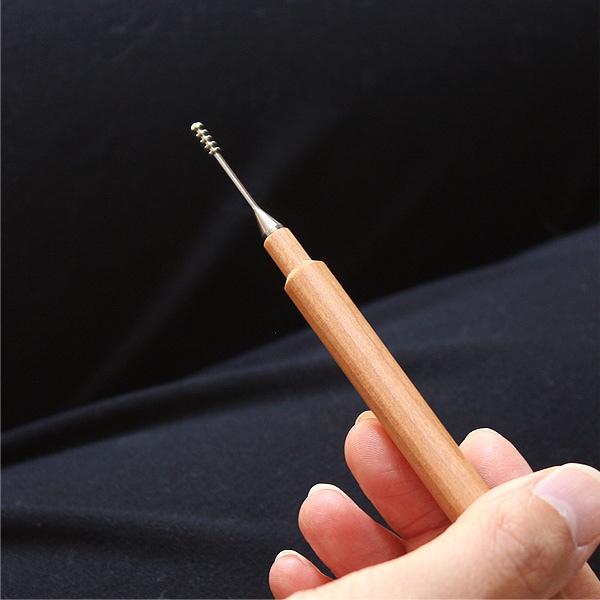 金属アレルギーを起こしにくいチタンは人への拒否反応が少ないため歯科治療のインプラントとしても使われる人に優しい素材です。