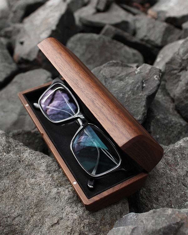 木のぬくもりでやさしく覆うおしゃれな木製メガネケース