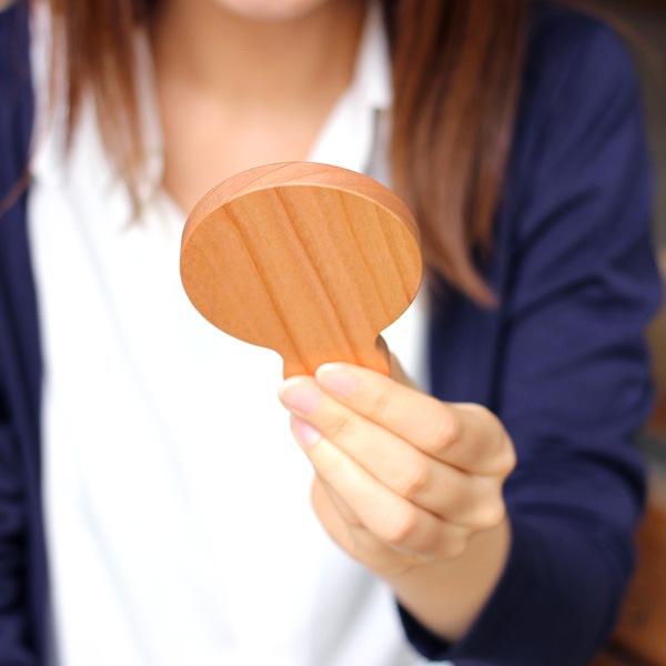 持ち手があり小さいので、持ち運びしやすい木製の手鏡です
