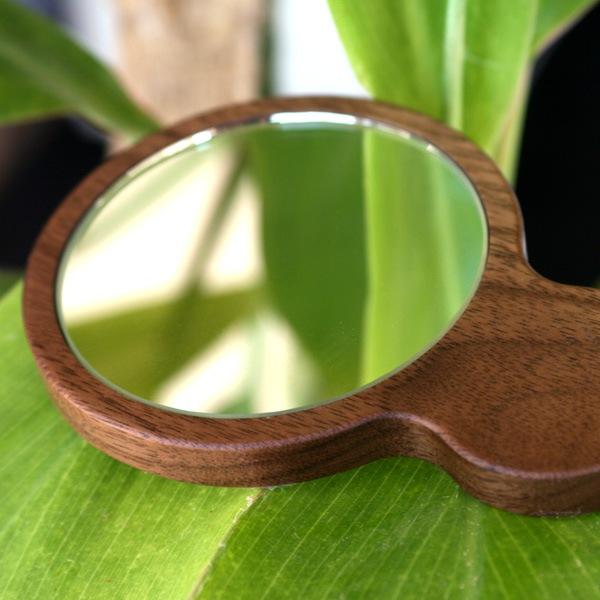 木の温もり、自然のあたたかさを手で持つ度に感じられるおしゃれな木製コンパクトミラー