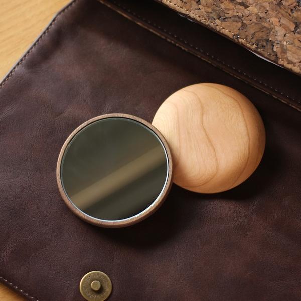 木のあたたかさを持つ度に感じられる木製手鏡・コンパクトミラー「Hand Mirror(丸型)」北欧風デザイン