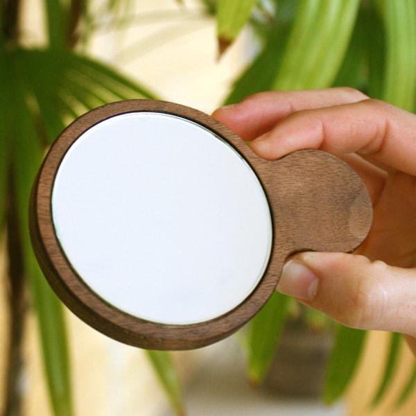 木のあたたかさを持つ度に感じられる木製手鏡・コンパクトミラー「Hand Mirror(持ち手あり)」北欧風デザイン