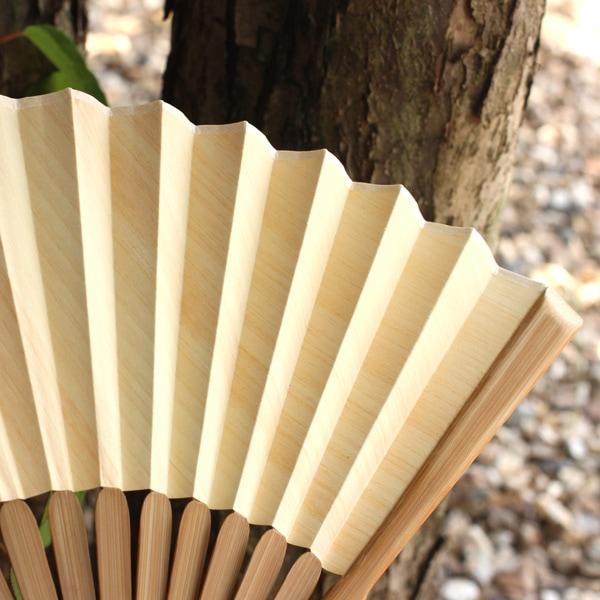 日本人に馴染み深い天然檜を使用した扇子。男性・女性問わずお使いいただけます