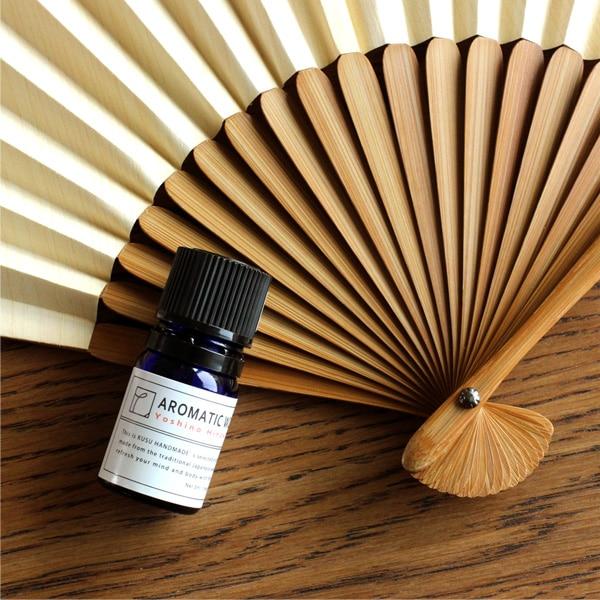 吉野産ヒノキのオイルを吹きかけると扇子の香りが持続します