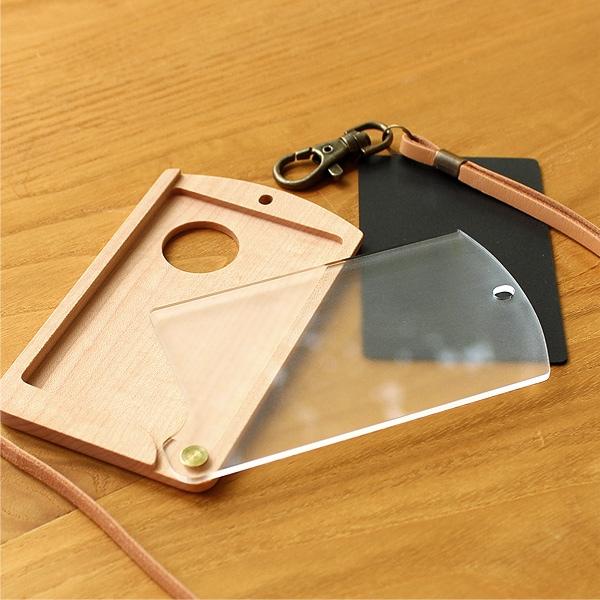 IDカードケース本体、牛革ストラップ、カードサイズの黒スポンジが付属します。