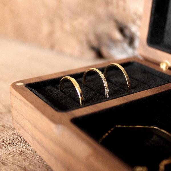 木のフタはマグネットでとまるので、お泊り、旅行、結婚式にも携帯できるジュエリーボックスです。
