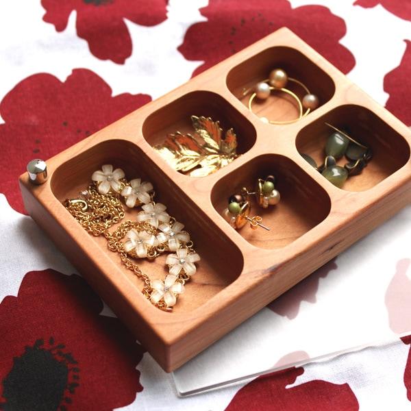 ピアスや指輪などの小物類を分類しておける木製アクセサリーケース