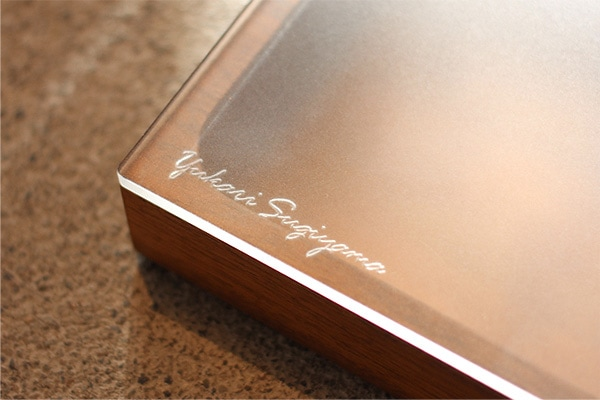名前の刻印はアクリルの中面から。光を透し文字を美しく見せます。