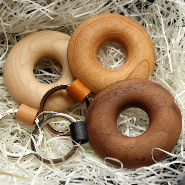 ドーナツのような形がかわいい木製キーホルダー