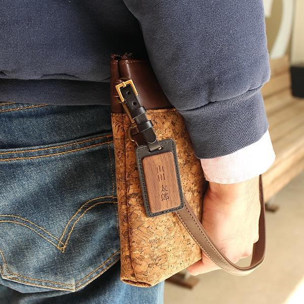 キャリーバッグやスーツケースだけではなく、ビジネスケースや普段使いのバッグ・お子様のランドセルに取り付けてもかわいい木製ネームタグです。