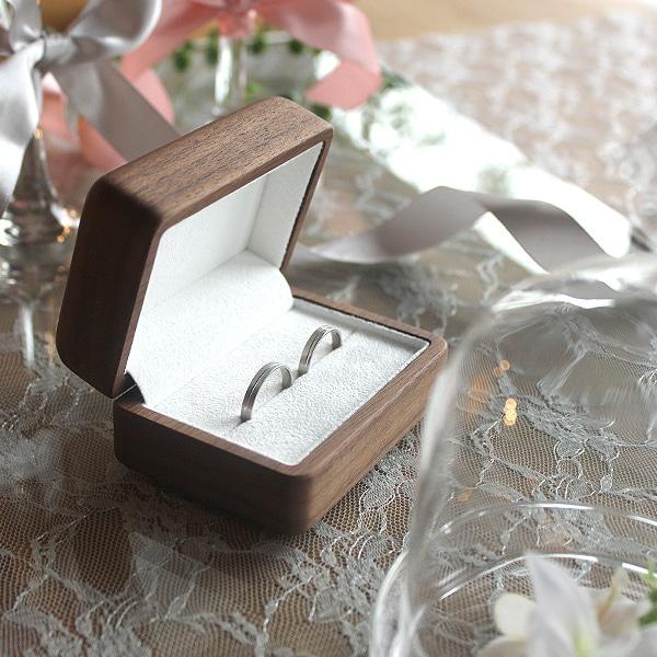 大切なエンゲージリングや婚約指輪を宝物として保管できるアクセサリーケース。
