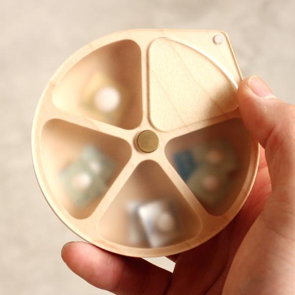 蓋がマグネットでとまる便利な携帯用木製ピルケース