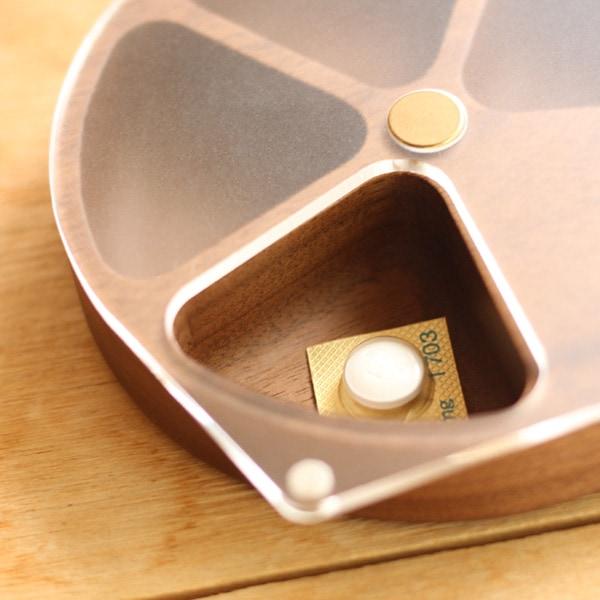 ラウンド形状で中の薬・サプリメントが取り出しやすい木製ピルケース
