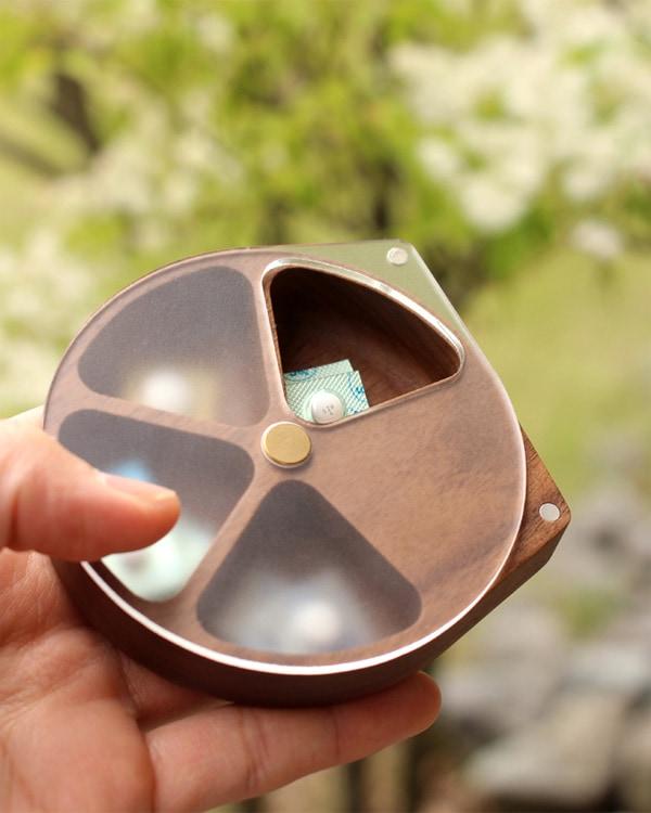 Hacoaブランド。回転する蓋で薬が取り出し易いおしゃれな木製ピルケース