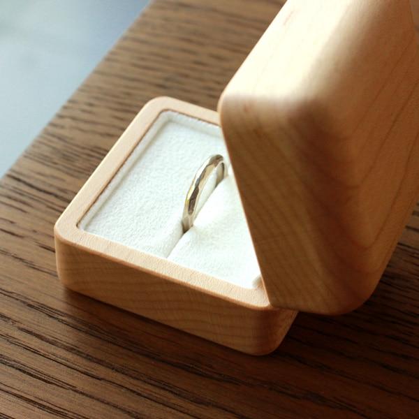 大切なエンゲージリングや婚約指輪を大切な宝物として保管できるアクセサリーケース。