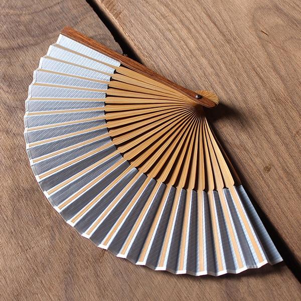 扇子の親骨には銘木のウォールナット、扇骨には竹を使用しています、上品で高級感ある扇子に仕上がっています。