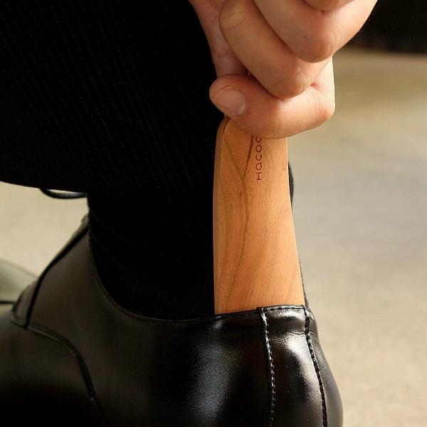 ビジネスや会食など靴やシューズを着脱するシーンで大活躍するモバイルシューホーン。